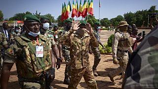 العقيد أسيمي غويتا يحيي الناس في باماكو مالي في يوم الاستقلال. 22/09/2020