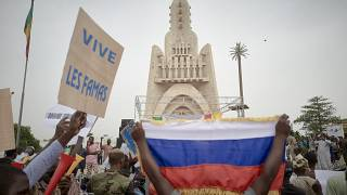 Mali: Hundreds show support for army and Russia