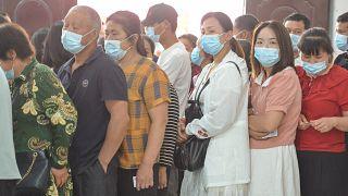 صينيون يصطفون في أحد مراكز التطعيم لأخذ لقاح ضد وباء كورونا بمدينة فويانغ شرق الصين. 25/05/2021
