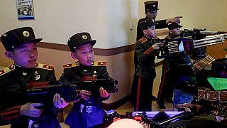 Kuzey Kore'de asker kıyafetli çocuklar