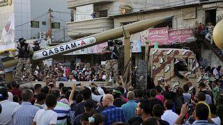 فلسطينيون من كتائب عز الدين القسام التابعين لحركة حماس يستعرضون صاورخ القسام في مخيم رفح. 2016/08/21