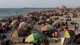 فلسطینیهای ساکن نوار غزه در کنار ساحل دریای مدیترانه
