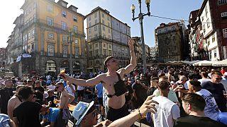 I tifosi del Manchester City cantano e bevono a Porto