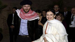 صورة لراقصة الباليه الإيطالية كارلا فراتشي مع المغني الإيطالي الراحل لوسيانو بافروتي في منطقة البتراء الأردنية 11 تشرين الأول/أكتوبر 2008.