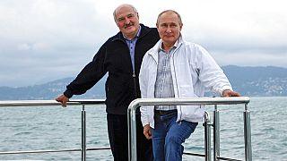 Presidente bielorrusso, Alexander Lukashenko, e o Presidente russo, Vladimir Putin, ao largo de Sóchi, cidade balnear russa do mar negro
