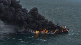 الدخان ينبعث من سفينة شحن نشب فيها حريق قبالة ساحل سريلانكا. 2021/05/25