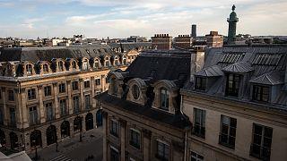 صورة لشوارع حول ساحة بلاس فاندوم في باريس تم التقاطها في 20 نيسان/أبريل 2020 أثناء الإغلاق الذي فرضته الحكومة الفرنسية بهدف الحد من انتشار فيروس كورونا
