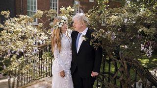 رئيس الوزراء البريطاني مع عقيلته كاري جونسون في لندن بعد زواجهما السبت. 30/05/2021