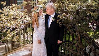 Boris Johnson és Carrie Symonds eskövőjük után a Downing Street 10 udvarán