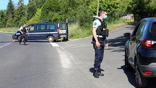 عناصر من الدرك الفرنسي ينصبون الحواجز الأمنية بحثا عن جندي سابق في منطقة لاردان-سان-لازار جنوب غرب فرنسا. 30/05/2021