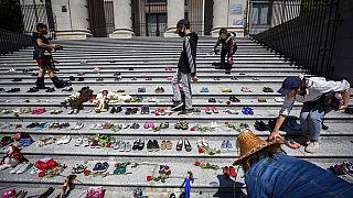 Gedenken an die toten Kinder in Kanada - mit kleinen Schuhen in Vancouver