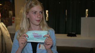 Esme Lomax präsentiert ihre Erfindung
