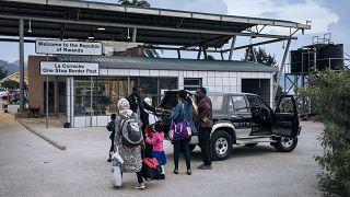 Una famiglia congolese che vive a Goma attraversa il confine ruandese al posto di frontiera di Gisenyi, il 28/05/2021
