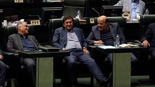 İran'da görevden alınan Merkez Bankası Başkanı Abdolnaser Hemmati (ortada)