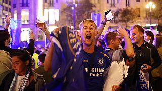 Adepto do Chelsea festeja vitória do seu clube nas ruas do Porto