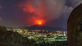 Vista de la erupción del volcán Etna desde las cercanías de Catania