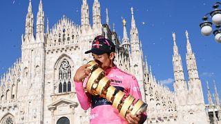El colombiano Egan Bernal al recibir el trofeo de ganador del Giro de Italia