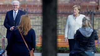Le président allemand Frank-Walter Steinmeier et la chancelière Angela Merkel devant l'église Saint Pierre et Paul, Berlin, Allemagne, le 3 octobre 2020