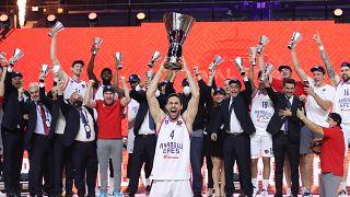 Basketbol THY Avrupa Ligi'nde Anadolu Efes, İspanya ekibi Barcelona'yı 86-81 mağlup ederek şampiyon oldu.