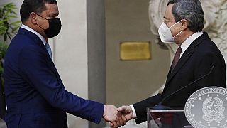 Mario Draghi stringe la mano a Abdul Hamid Dbeibah, durante l'incontro a Palazzo Chigi, Roma