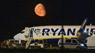 Durchsuchung der Ryanair-Maschine auf dem Rollfeld des BER