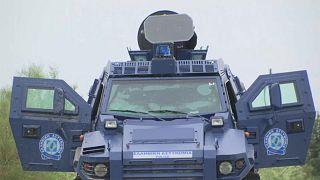 Un véhicule blindé grec équipé du fameux canon sonore ultra-puissant