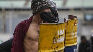 Des manifestants se tiennent debout avec leurs boucliers lors d'un face-à-face avec la police à Madrid, dans la banlieue de Bogotá, en Colombie, vendredi 28 mai 2021.
