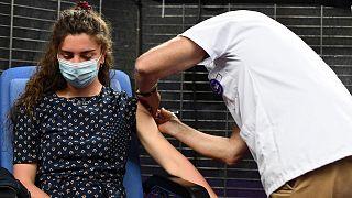 Une personne recevant une injection du vaccin Pfizer-BioNtech à Garlan, dans le département de l'ouest de la France, le 31 mai 2021