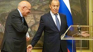 Sergej Lavrov, a destra e il suo omologo portoghese, Augusto Santos Silva, partecipano a una conferenza stampa, durante l'incontro a Mosca