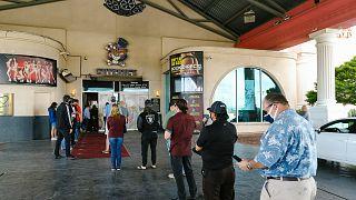 أشخاص ينتظرون في طابور لتلقي لقاح كوفيد-19 في نادي لاري فلينت هوستلر المشهور في لاس فيغاس.