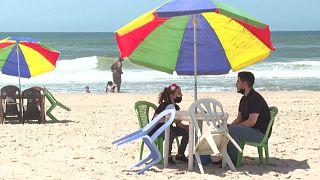 السلطات الفلسطينية في غزة تحذر الناس من السباحة بسبب تلوث المياه