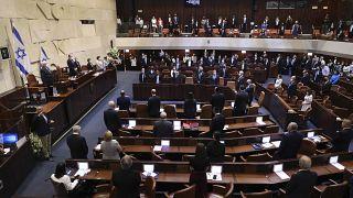 نواب إسرائيليون يقفون خلال مراسم أداء اليمين للكنيست (البرلمان) الإسرائيلي في القدس 6 أبريل 2021.