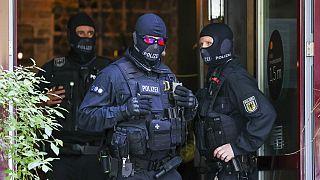 Rendőrök Lipcsében, rajtaütések egyik helyszínén