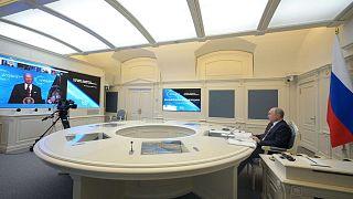 الرئيس الروسي فلاديمير بوتين يحضر اجتماعًا عبر الفيديو بينما يظهر الرئيس الأمريكي جو بايدن على الشاشة، كجزء من قمة القادة الافتراضية حول المناخ، 22 أبريل 2020