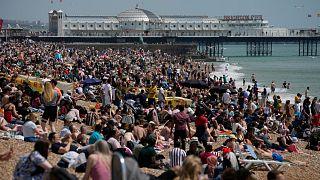 توافد كبير على  شاطئ برايتون الواقع على على الساحل الجنوبي لإنجلترا، الأحد 30 مايو 2021.