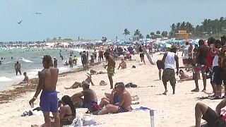 Die Menschen genießen den Feiertag Memorial Day am Miami Beach