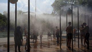 نافورة مياه للوقاية من درجات الحرارة المرتفعة في باريس 2020.