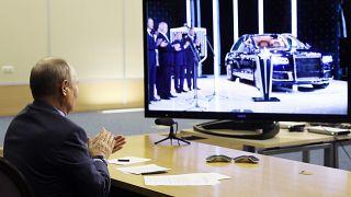 Владимир Путин аплодирует Aurus