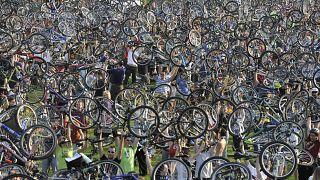 Partecipanti ungheresi alla Critical Mass del 2010 mostrano le loro biciclette