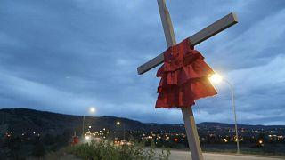 وقفة احتجاجية في كندا أمام المدرسة التي عثر فيها على جثث الأطفال من السكان الأصليين