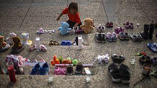 Cipőkkel emlékeztek az elhunyt őslakos gyerekekre