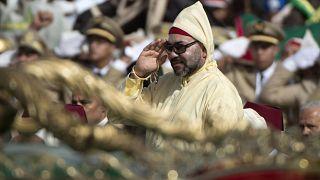 العاهل المغربي الملك محمد السادس يحيي الحشد خلال مراسم البيعة ، في قصر الملك في تطوان ، في 31 يوليو 2018.