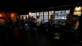Menschen genießen den Aufenthalt in einer Bar