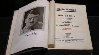 """Un exemplaire de """"Mein Kampf"""" présenté au Musée de l'Holocauste à Buenos Aires - capitale de l'Argentine -, le 29 novembre 2019"""
