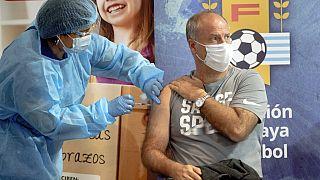El entrenador de la selección uruguaya, Alejandro Cappuccio, se vacuna en Montevideo