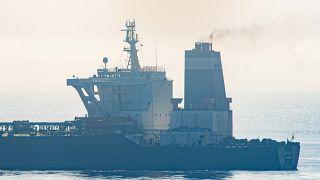 غرق أكبر السفن الحربية الإيرانية في خليج عمان إثر نشوب حريق غامض على متنها