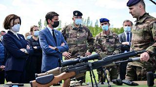 La ministre française des Armées Florence Parly et le porte-parole du gouvernement Gabriel Attal à Versailles-Satory, le 7 mai 2021