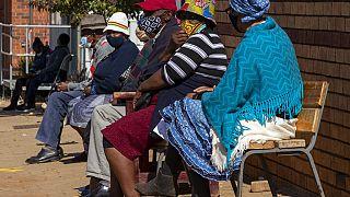 Rentner warten in Johannesburg, Südafrika, auf ihre Corona-Impfung, 24.05.2021