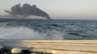 Le Kharg, navire de la Marine iranienne, en proie à un incendie en mer d'Oman, le 2 juin 2021