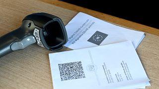 Un certificado COVID de la UE, junto con un escáner QR, se muestran en una estación de policía en la frontera entre Croacia y Eslovenia, 2 de junio de 2021